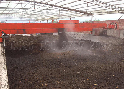 Wheel type compost turner for chicken poop compost